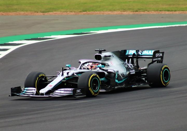 Formula 1: Hamilton ricoperto da insultirazziali